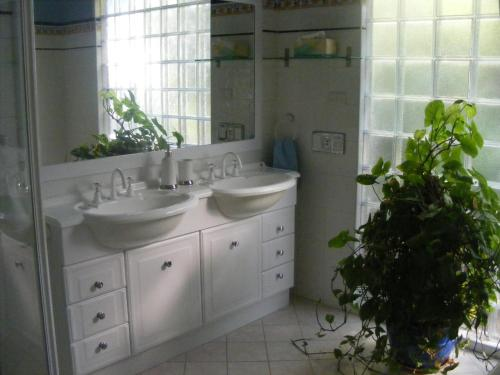A bathroom at The Lookout