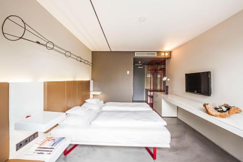 Ein Bett oder Betten in einem Zimmer der Unterkunft BURNS Art Cologne