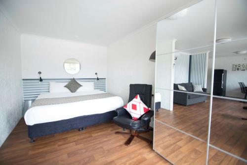 A bed or beds in a room at Siesta Central Apartments