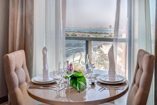 A restaurant or other place to eat at Hawthorn Suites by Wyndham Abu Dhabi City Center