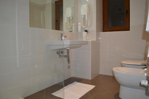 A bathroom at Canadian Hotel
