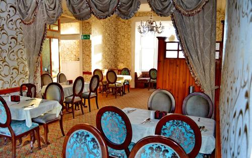A restaurant or other place to eat at Tayview Hotel