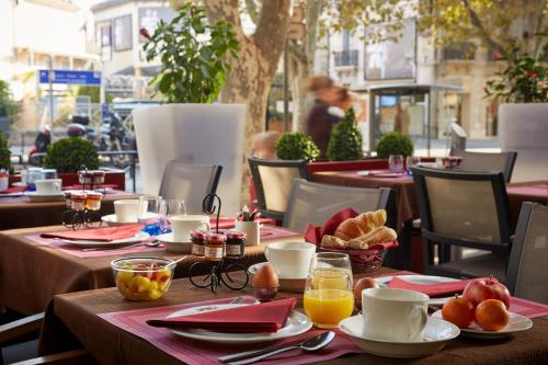 A restaurant or other place to eat at Hôtel Saint Christophe