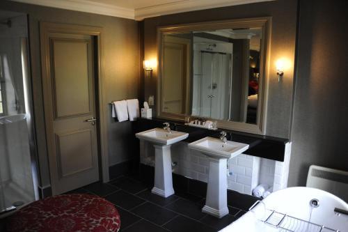 A bathroom at Best Western Eglinton Arms Hotel
