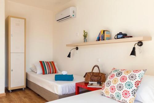 En sittgrupp på Stay Hostel Rhodes