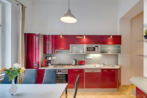 A kitchen or kitchenette at Selinor Old Town Apartments