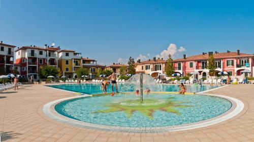 Bazén v ubytování Villaggio Sant'Andrea nebo v jeho okolí