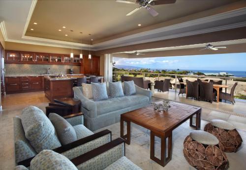 The lounge or bar area at Ho'olei at Grand Wailea, A Waldorf Astoria Resort