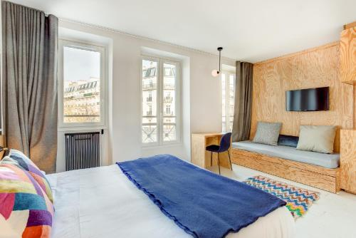 A bed or beds in a room at Hôtel Montholon