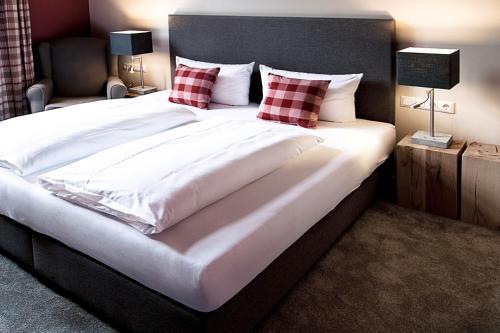 A bed or beds in a room at Hotel Alt Nürnberg