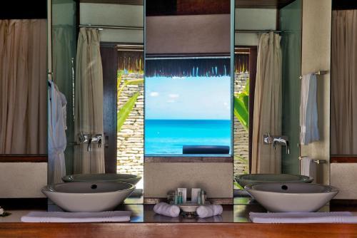 A bathroom at Hotel Kia Ora Resort & Spa