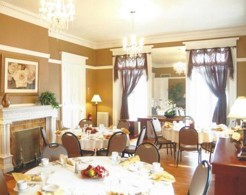 A restaurant or other place to eat at Beacon Hotel Oswego