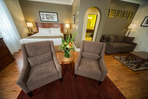 A seating area at Hume Hotel & Spa