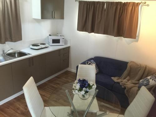 A kitchen or kitchenette at Oakridge Motel Tourist Park