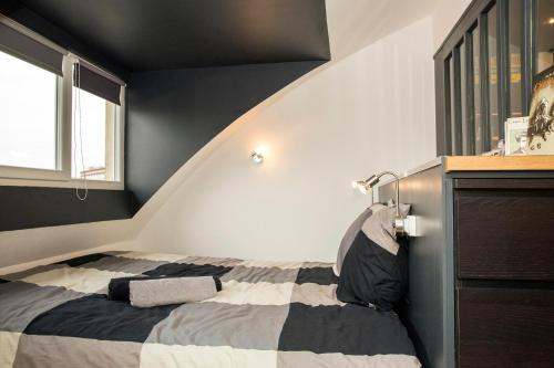 A bed or beds in a room at Little Suite - Marius et Romain