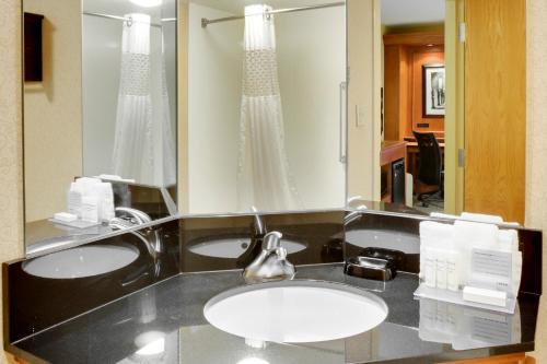 A bathroom at Hampton Inn Pittsburgh Greentree
