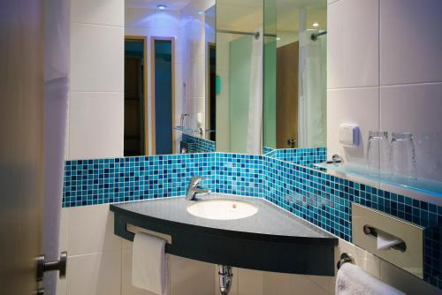 A bathroom at Vienna House Easy Bratislava