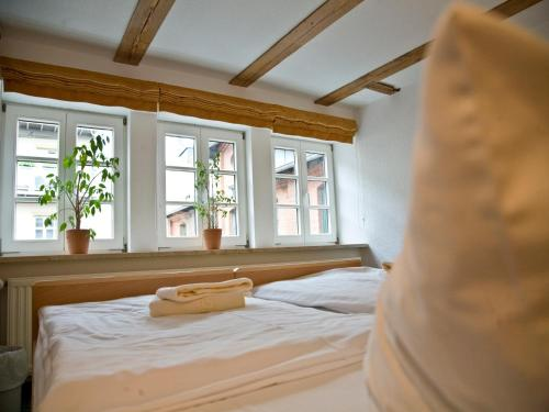 A bed or beds in a room at Hotel am Schloß