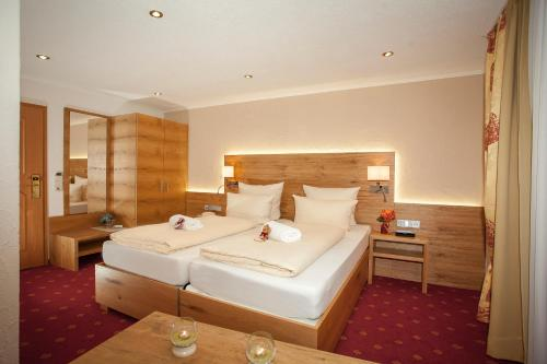 A bed or beds in a room at Hotel Arnika***S