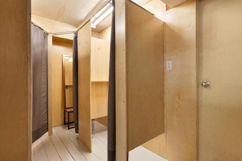 Een badkamer bij Whistler Lodge Hostel