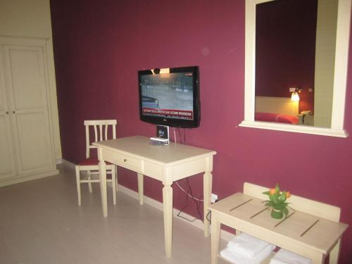 A television and/or entertainment centre at Hotel Genzianella