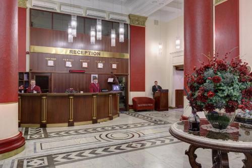El vestíbulo o zona de recepción de Peking Hotel