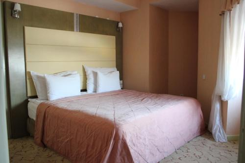 A bed or beds in a room at Grand Aiser Hotel