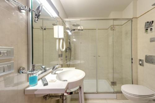 A bathroom at Plaza Hotel Catania