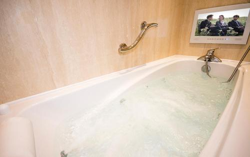 A bathroom at Haddon House Hotel