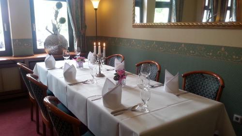Ein Restaurant oder anderes Speiselokal in der Unterkunft Teichhotel