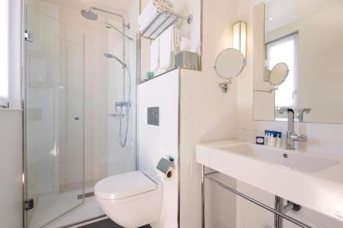 Um banheiro em Hôtel Gustave