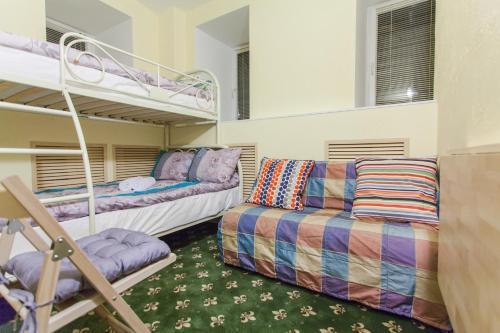 Двухъярусная кровать или двухъярусные кровати в номере Отель Винтерфелл на Арбате