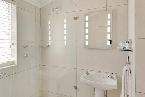A bathroom at Protea Hotel by Marriott Dorpshuis & Spa Stellenbosch