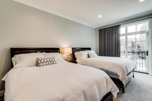 A bed or beds in a room at The Sono Chicago