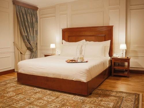 A bed or beds in a room at Hotel Opera