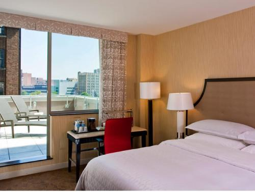 A bed or beds in a room at Sheraton Brooklyn New York