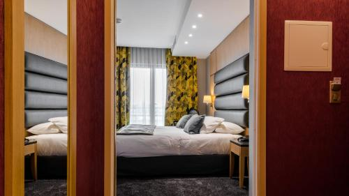 A bed or beds in a room at Hotel Bristol