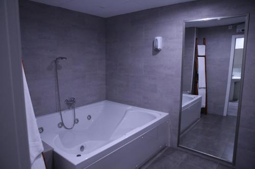 A bathroom at Casual Civilizaciones Valencia
