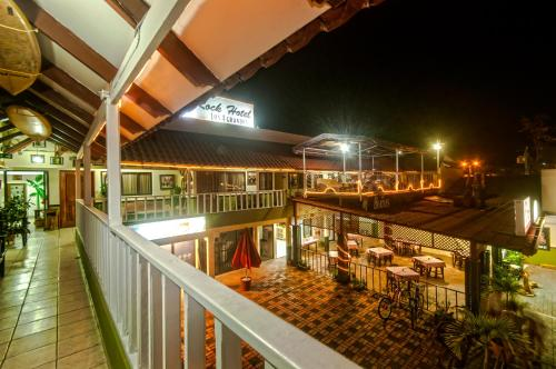 Un balcón o terraza de Cadillac Rock Beach Hotel