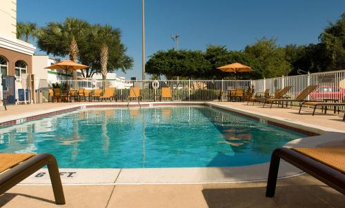 The swimming pool at or close to Fairfield Inn & Suites by Marriott Orlando Lake Buena Vista