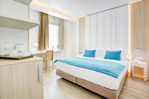 Łóżko lub łóżka w pokoju w obiekcie La Goleta Hotel de Mar - Adults Only