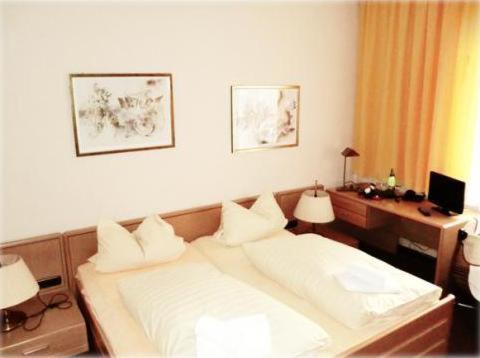Ein Bett oder Betten in einem Zimmer der Unterkunft Hotel Restaurant Eiscafé Luigi Pirandello