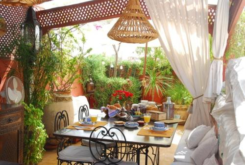 A restaurant or other place to eat at Riad La Terrasse Des Oliviers