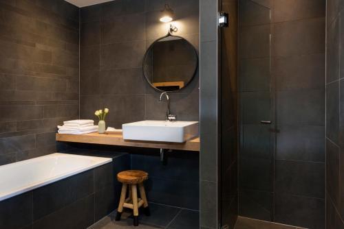 A bathroom at Golden Tulip Keyser Breda Centre