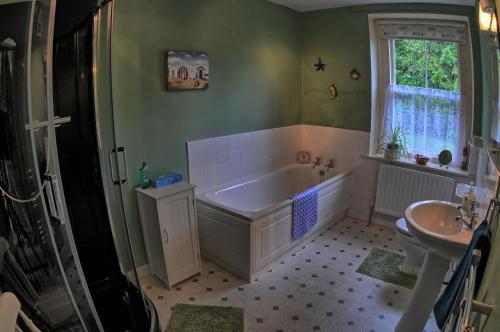 A bathroom at Gatelodge Cottage