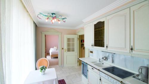 Küche/Küchenzeile in der Unterkunft Seeschlößchen - Hotel Strandperle