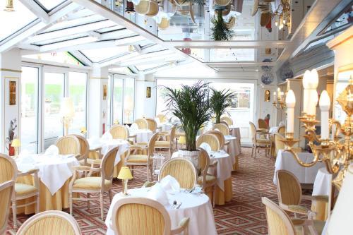 Ein Restaurant oder anderes Speiselokal in der Unterkunft Seeschlößchen - Hotel Strandperle