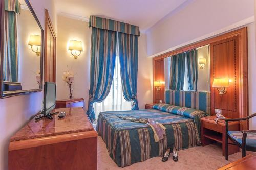 A bed or beds in a room at Raeli Hotel Floridia