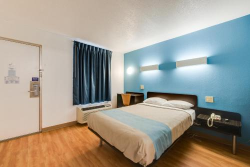 A bed or beds in a room at Motel 6-Kingston, TN