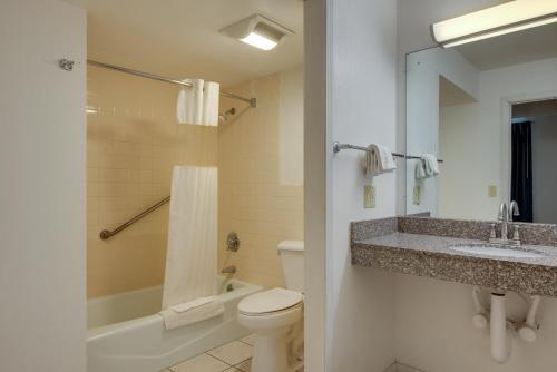 A bathroom at Motel 6-Kingston, TN